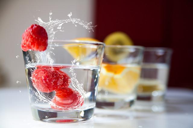вода с органическими ягодами