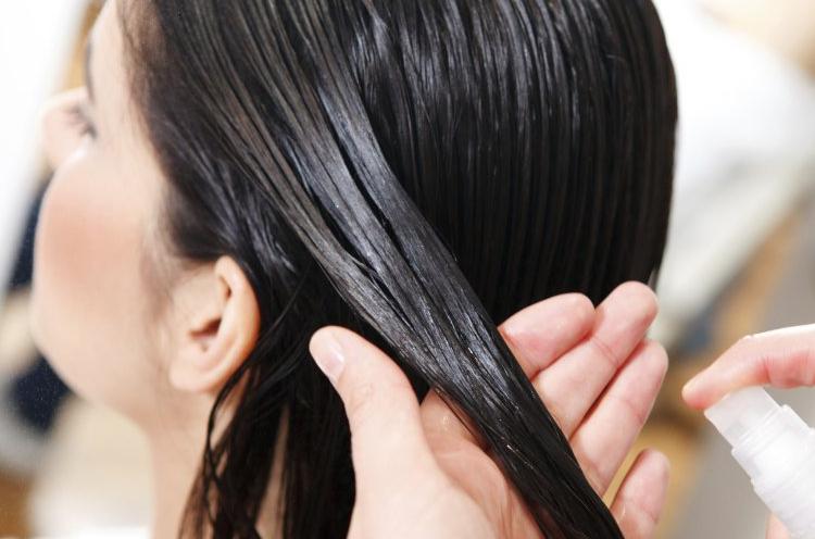 нанесение спрея для волос